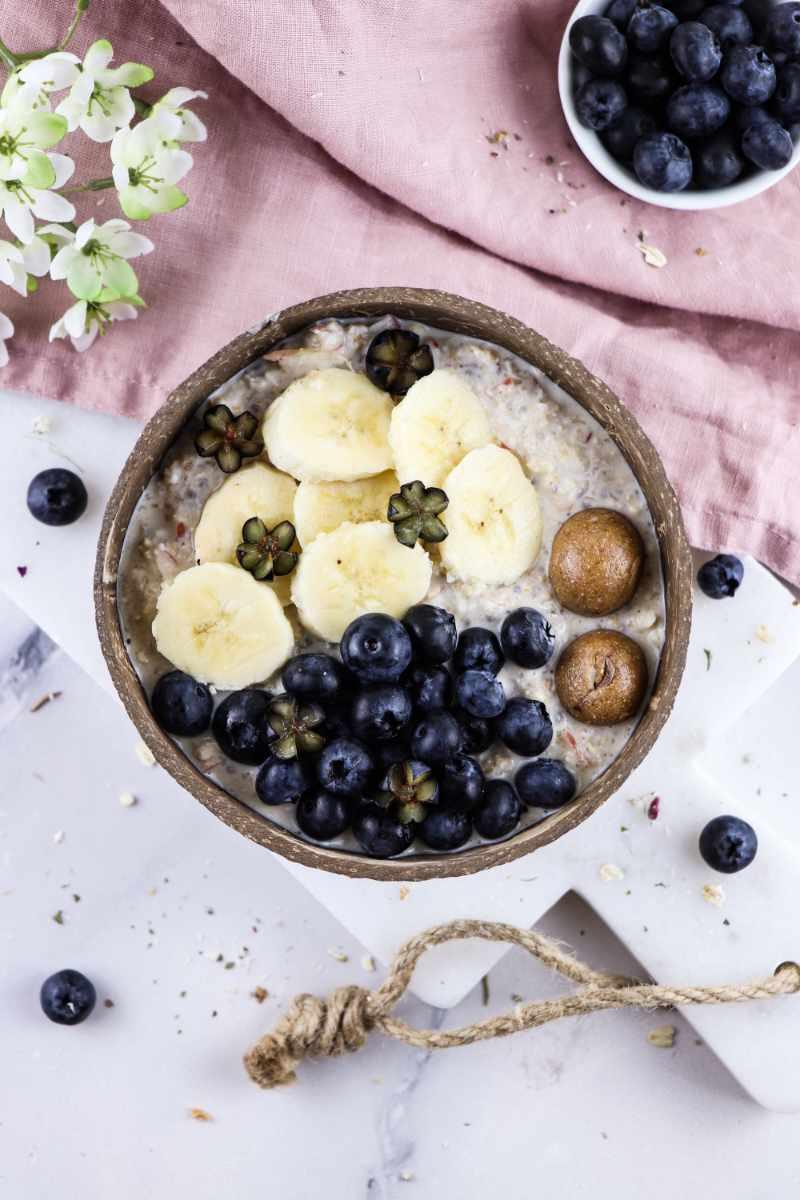 Bircher Müsli mit Banane, Blaubeeren und Schoko-Energy Balls