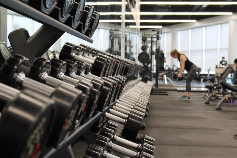 Fitnessstudio Gewichte in einer Reihe