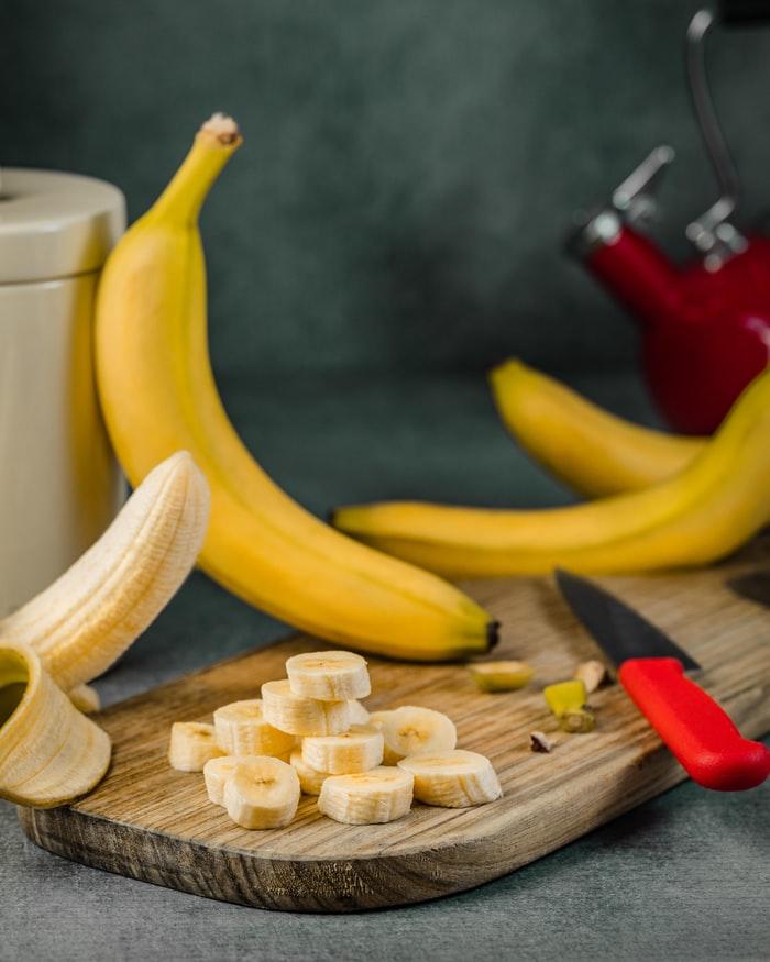 Banane geschnitten auf einem Holzbrett