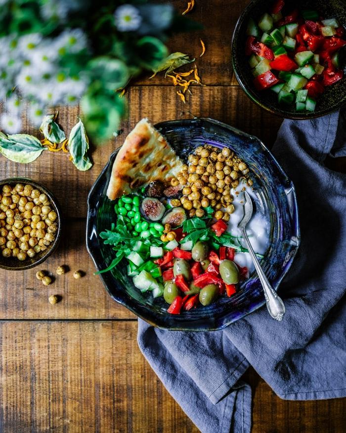 Eine Bowl voller nährstoffreicher, pflanzlicher Lebensmittel