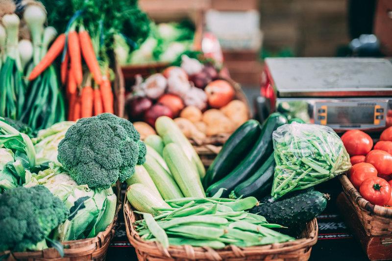 Verschiedene Gemüsesorten die in Körben nebeneinanderstehen