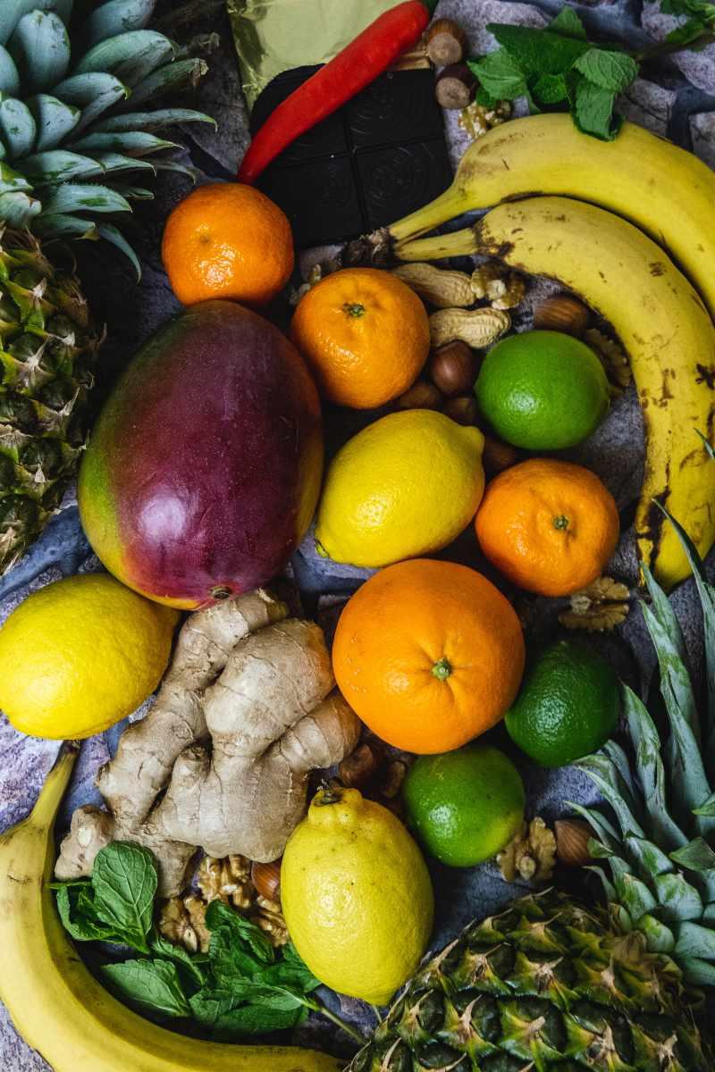 verschiedene Obstsorten nebeneinander gelegt und von oben fotografiert